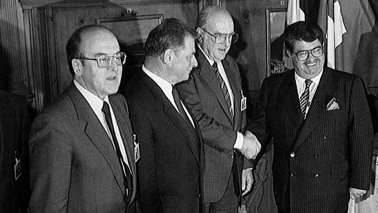 Le Premier ministre turc Turgut Özal, à droite, parmi les délégués à Davos 1988.