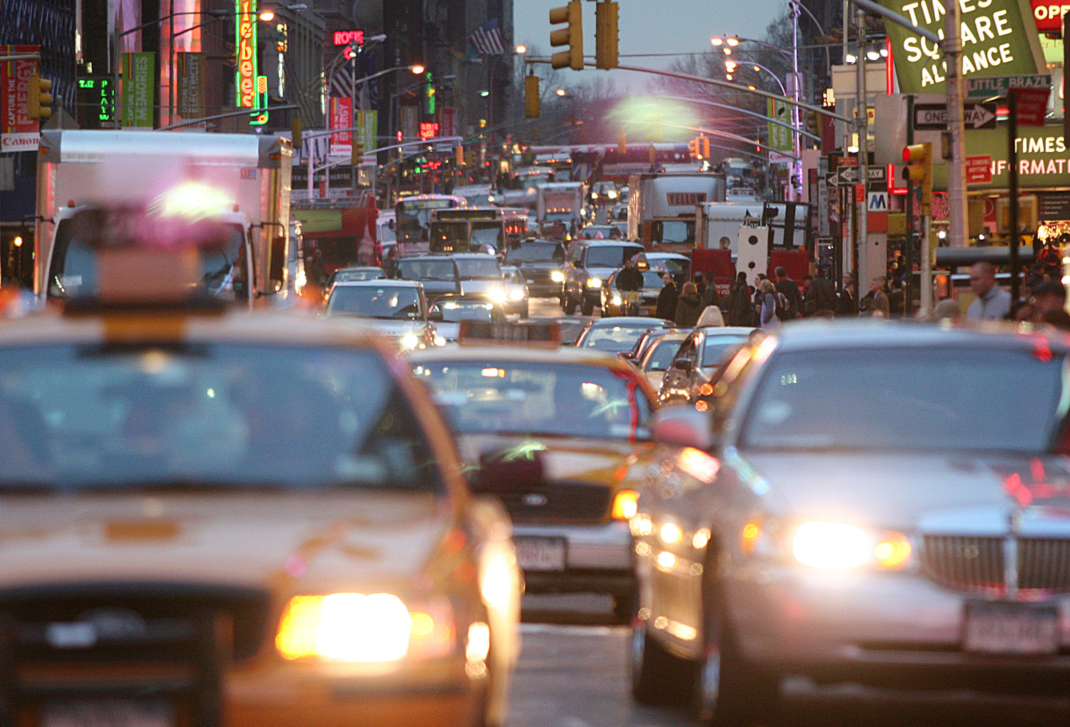 Cars squeeze into any space as they try to get though Time Square in new York City on November 30, 2004. REUTERS/Seth Wenig  SW - RP5DRICVUDAA