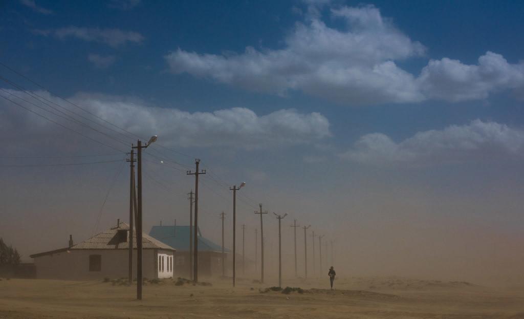 사막화와 기온 상승으로 인해 아랄해 지역에 거주하는 사람들은 잦은 먼지 폭풍과 대기 오염에 대처해야 합니다.
