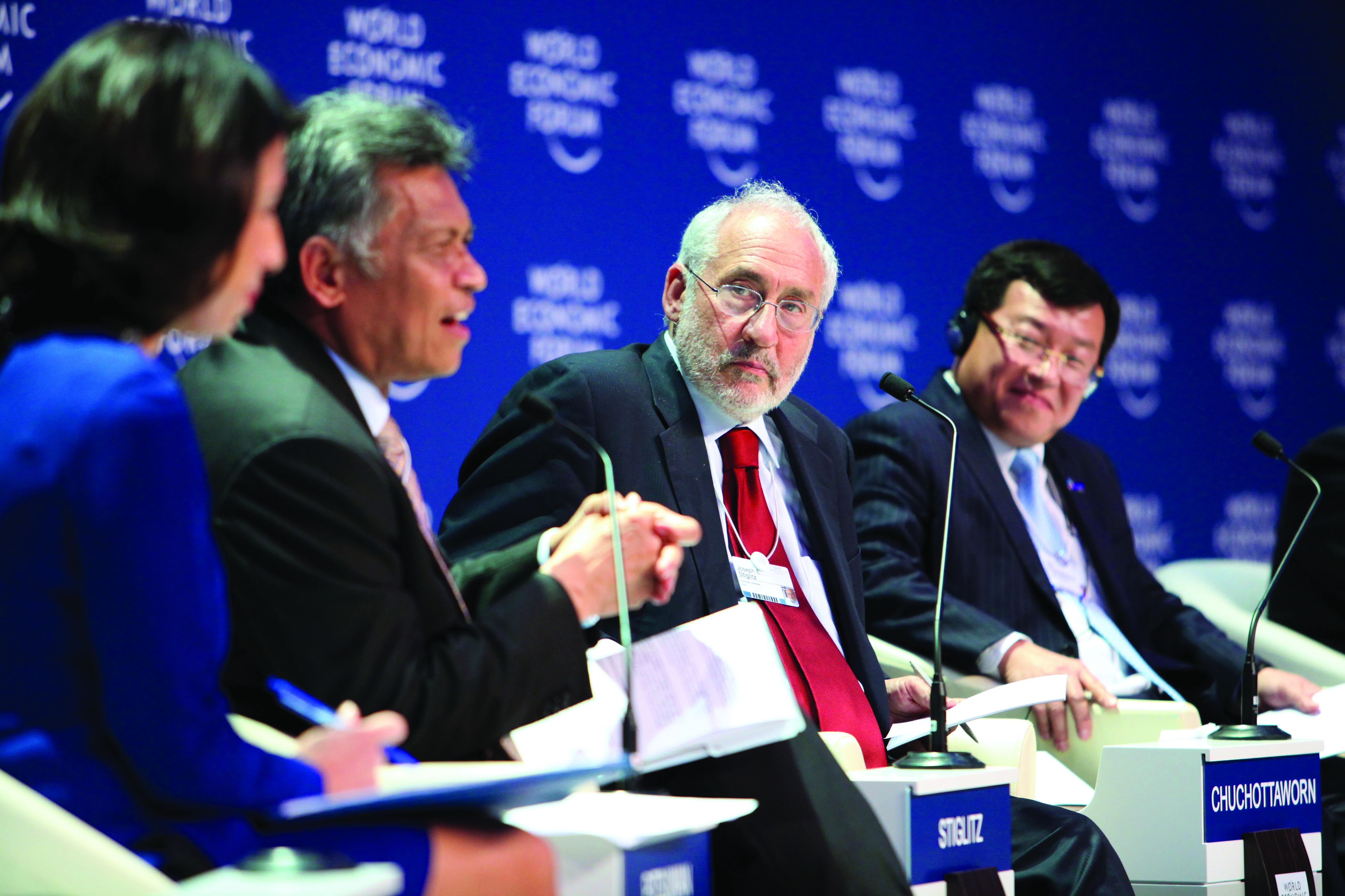 "Deborah Kan, Executive Producer, Wall Street Journal, Surin Pitsuwan, Secretary-General, ASEAN, Joseph E. Stiglitz, Professor, Columbia University and Pailin Chuchottaworn, President and Chief Executive Officer, PTT Public Company at a panel discussion on ""ASEAN Connectivity: Roadmap to 2015"""