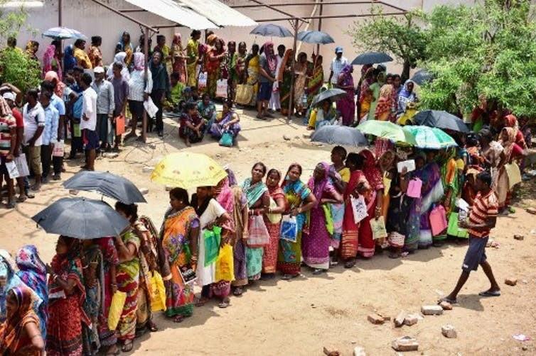 Les résidents indiens attendent pour collecter du matériel de secours à Puri, dans l'État indien d'Odisha, à la suite du cyclone Fani qui a frappé l'est de l'Inde et le Bangladesh début mai 2019. Deux zones particulièrement vulnérables au changement climatique.