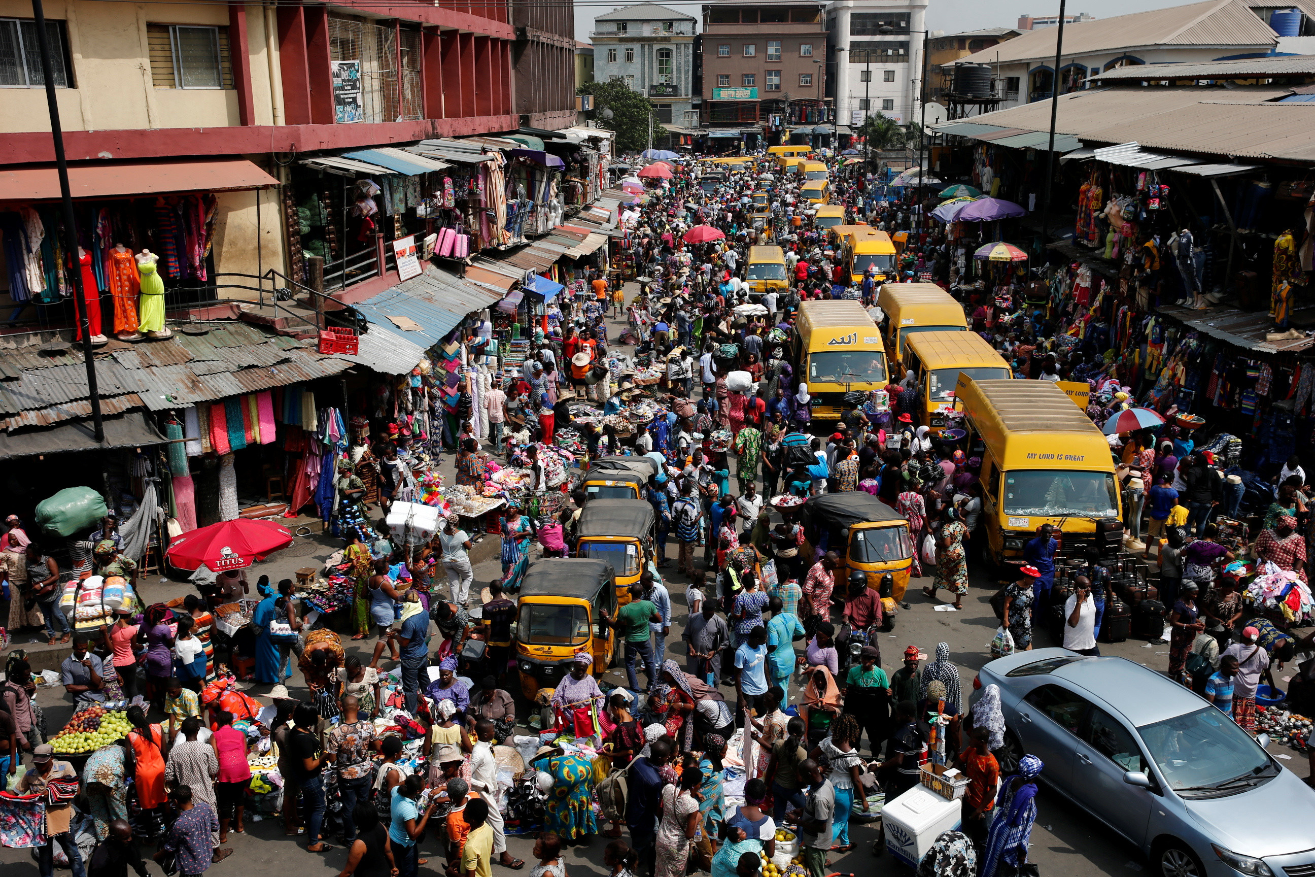 People crowd a street at the central business district in Nigeria's commercial capital Lagos ahead of Christmas December 23, 2016.