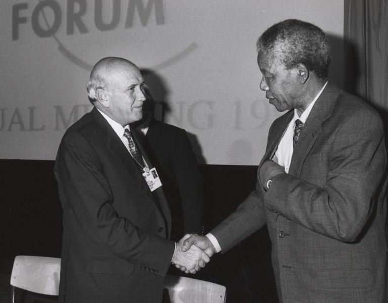 Nelson Mandela et F.W. de Klerk entrent dans l'histoire à Davos.