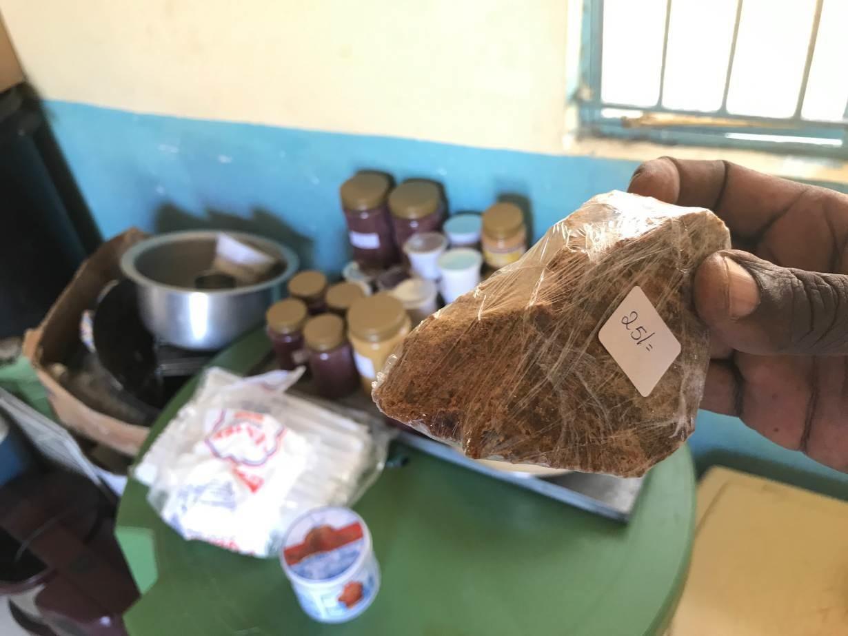 2018 년 2 월 13 일, 한 농부가 케냐 키 수무 근처 농장에서 귀뚜라미 가루 케이크 한 조각을 들고 있습니다.