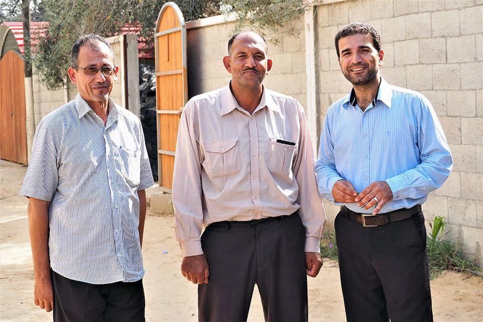M. Wael Abu Ismael (là gauche), M. Freeh Abu T'ema (au centre), et le Dr Mossa Abu Taema (à droite), ambassadeurs du changement pour mettre fin aux mariages précoces à Khan Younès.