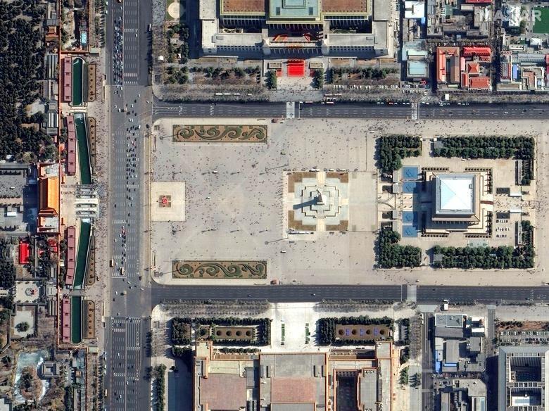 SEBELUM: Lapangan Tiananmen, Beijing, Cina, 21 Februari 2019. Citra satelit 2020 Maxar Technologies / Handout via REUTERS