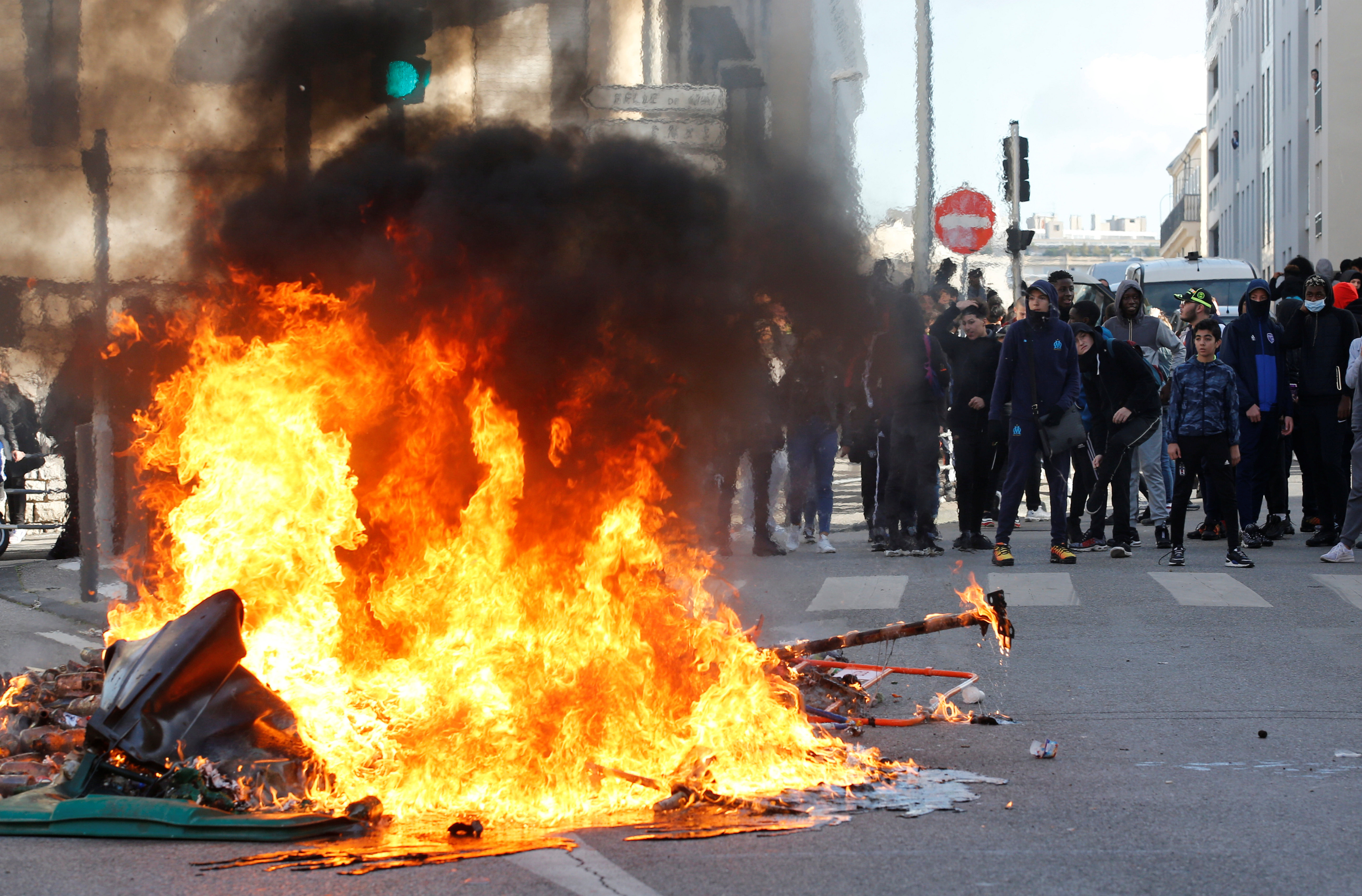 Trash bins burn as youths and high-school students clash with police during a demonstration against the French government's reform plan in Marseille, France, December 6, 2018.  REUTERS/Jean-Paul Pelissier - RC1468780510