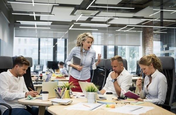 Il arrive que les collègues taisent les comportements qui contribuent à une mauvaise ambiance de peur d'aggraver la situation.