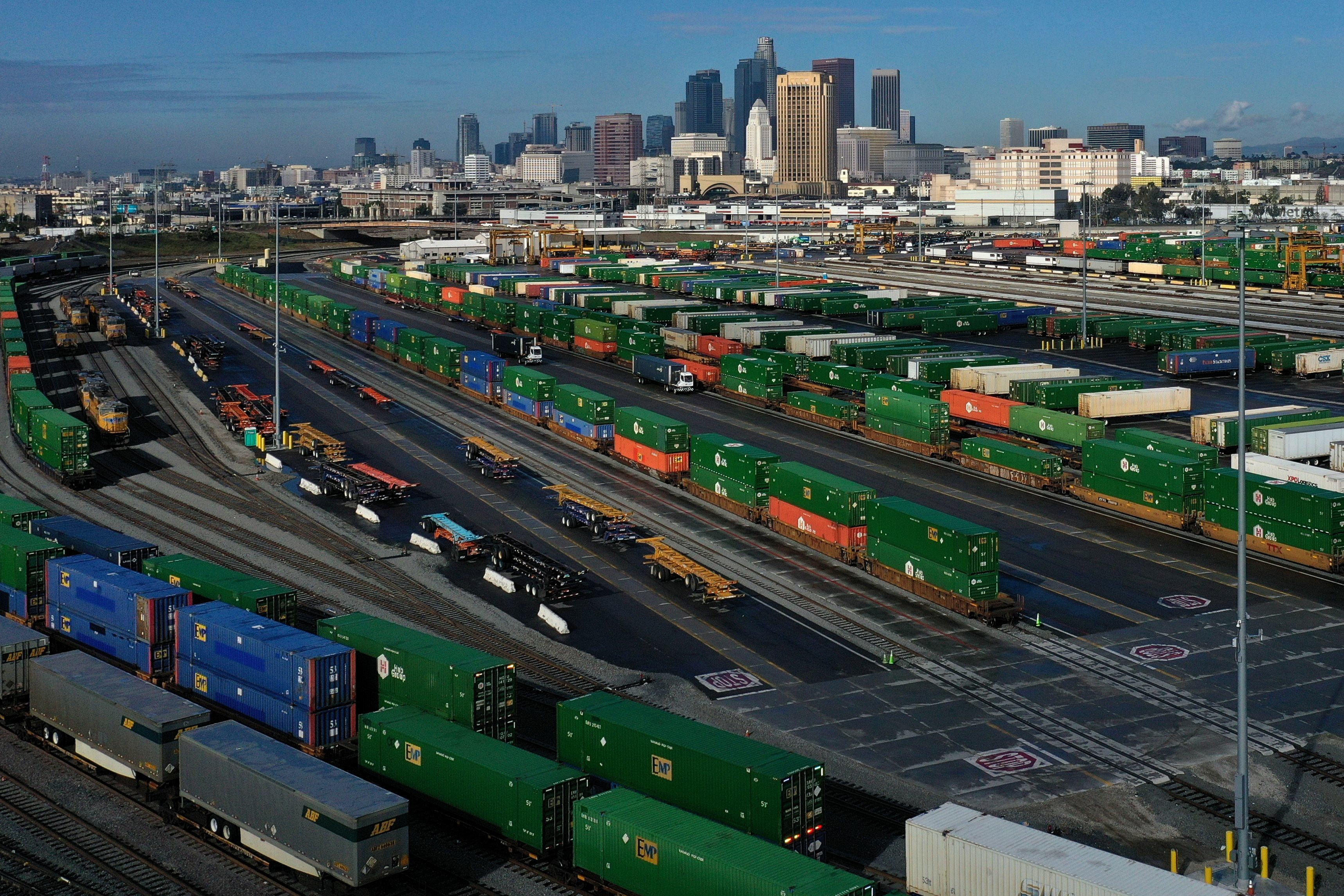 Shipping containers sit on train tracks downtown as the spread of the coronavirus disease (COVID-19) continues, in Los Angeles, California, U.S., April 7, 2020. REUTERS/Lucy Nicholson - RC2WZF9TJKKI