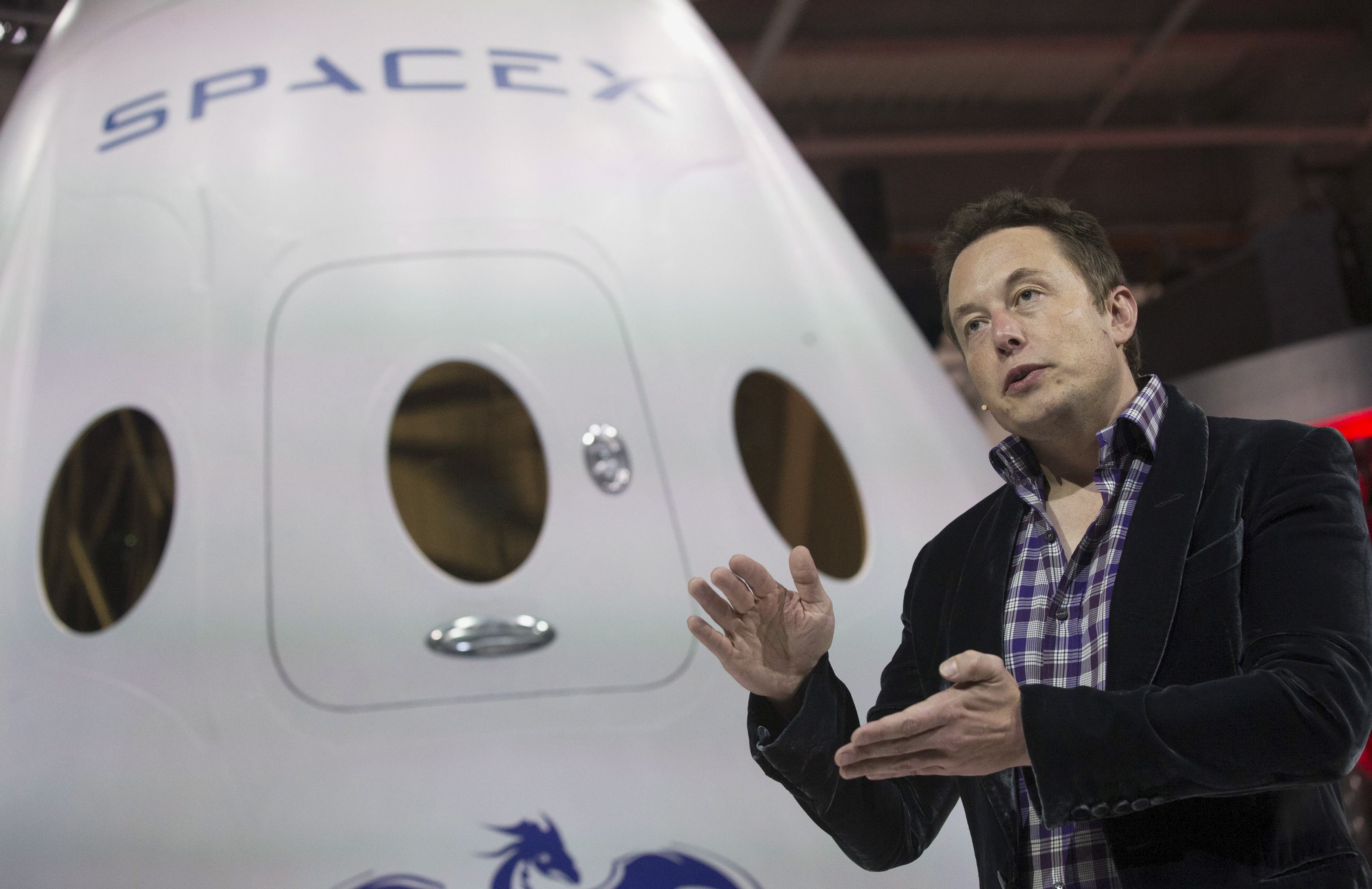 SpaceX CEO Elon Musk speaks after unveiling the Dragon V2 spacecraft in Hawthorne, California May 29, 2014. Space Exploration Technologies announced April 27, 2016, it will send uncrewed Dragon spacecraft to Mars as early as 2018, a first step in company founder Elon Musk's goal to fly people to another planet. REUTERS/Mario Anzuoni/File Photo      TPX IMAGES OF THE DAY      - RTX2BYNX