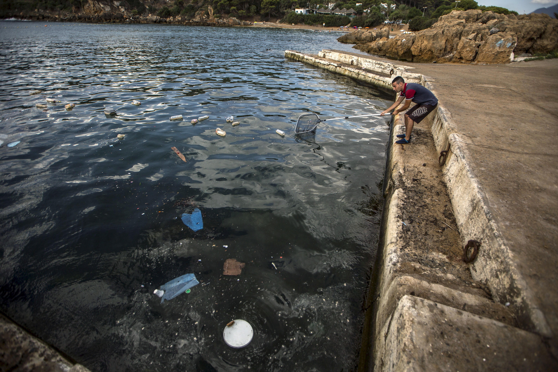 Un membre du club algérien de plongée sous-marine Under the Sea collecte des bouteilles en plastique.