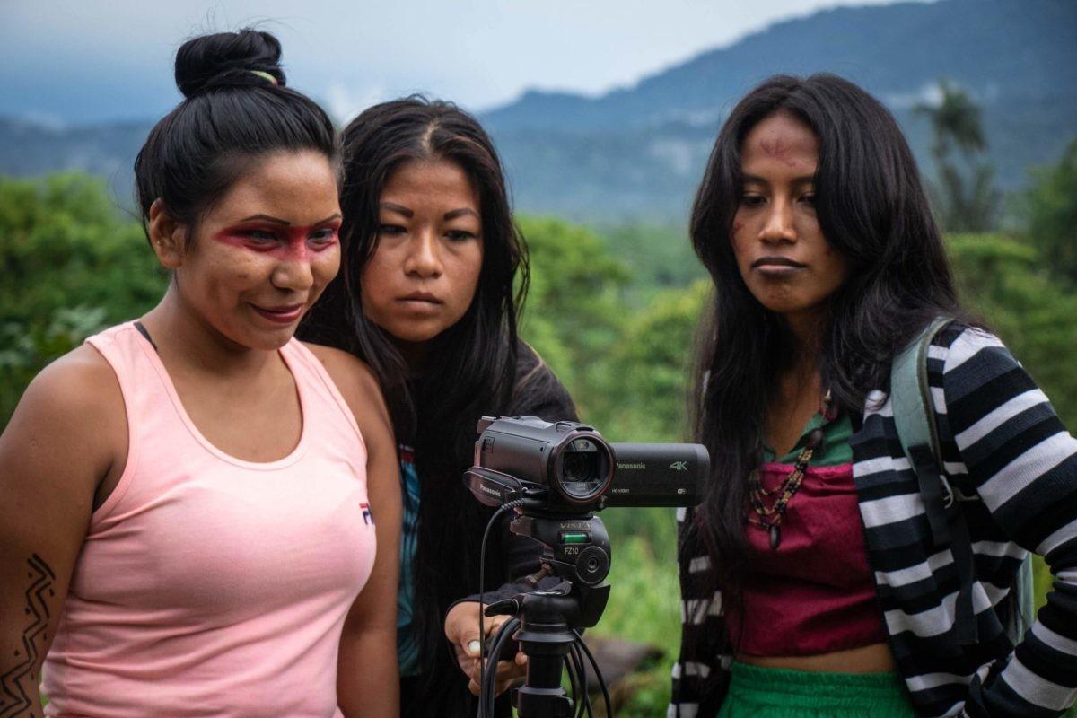 Mulheres indígenas treinam técnicas de contação de histórias e cinema, como parte de uma série de workshops voltados para mulheres organizados pela organização internacional Amazon Frontlines e pela organização equatoriana sem fins lucrativos The Ceibo Alliance, em colaboração com a Fundação Aldhea e Marabuntas sem fins lucrativos locais. Filmadoras.