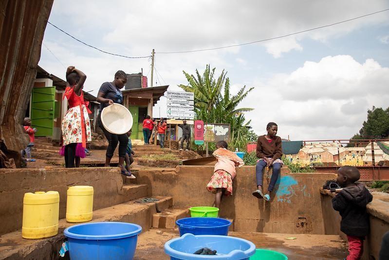 En uno de los espacios públicos de KDI, una plataforma de lavandería recién construida permite a las mujeres cuidar a sus hijos mientras hacen su trabajo.  Foto de WRI Ross Center for Sustainable Cities