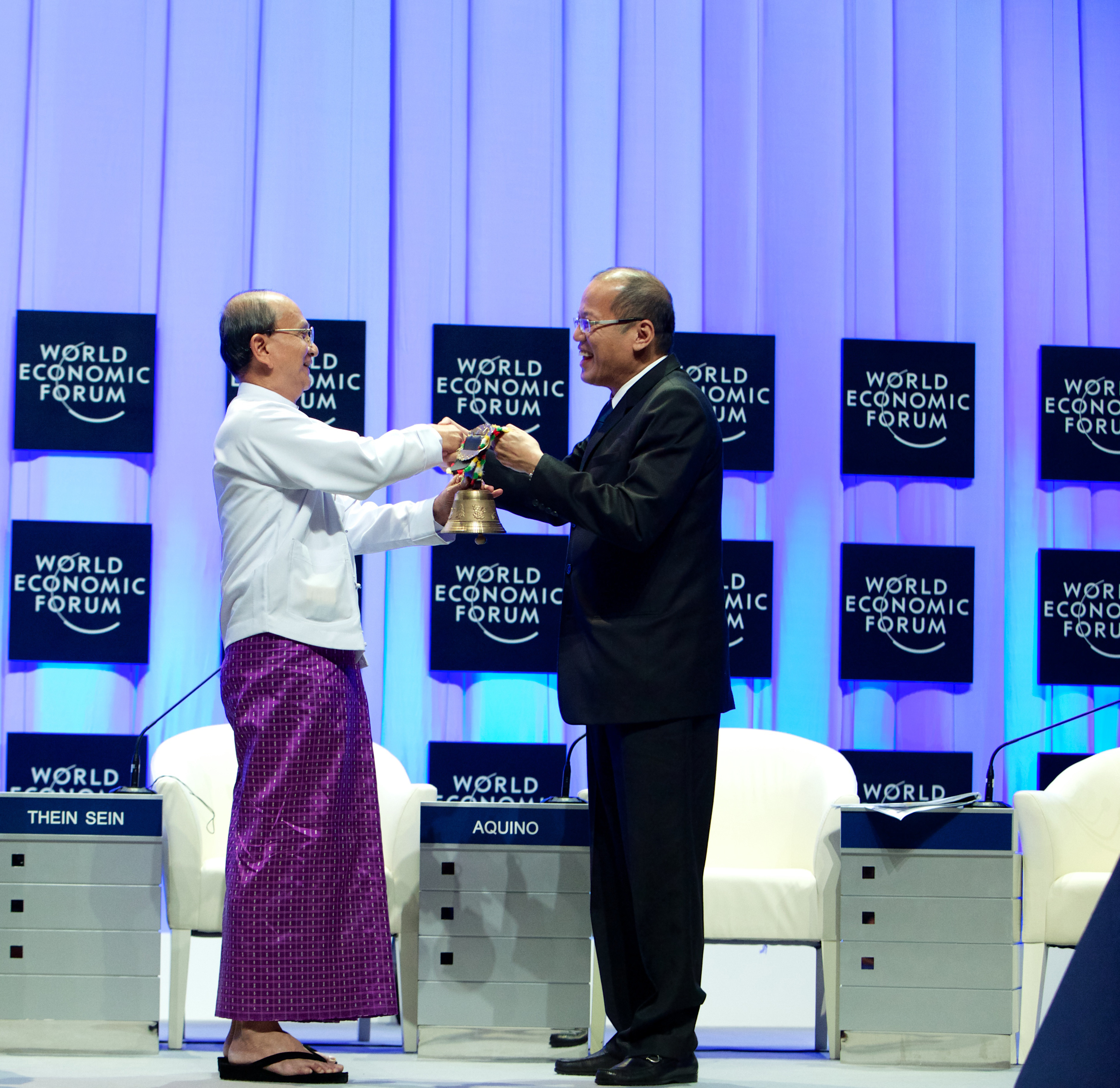 U Thein Sein, President of Myanmar hands over the ceremonial Swiss Bell to the next Host of the Meeting, Benigno Simeon Aquino III, President of the Philippines at the Closing Ceremony