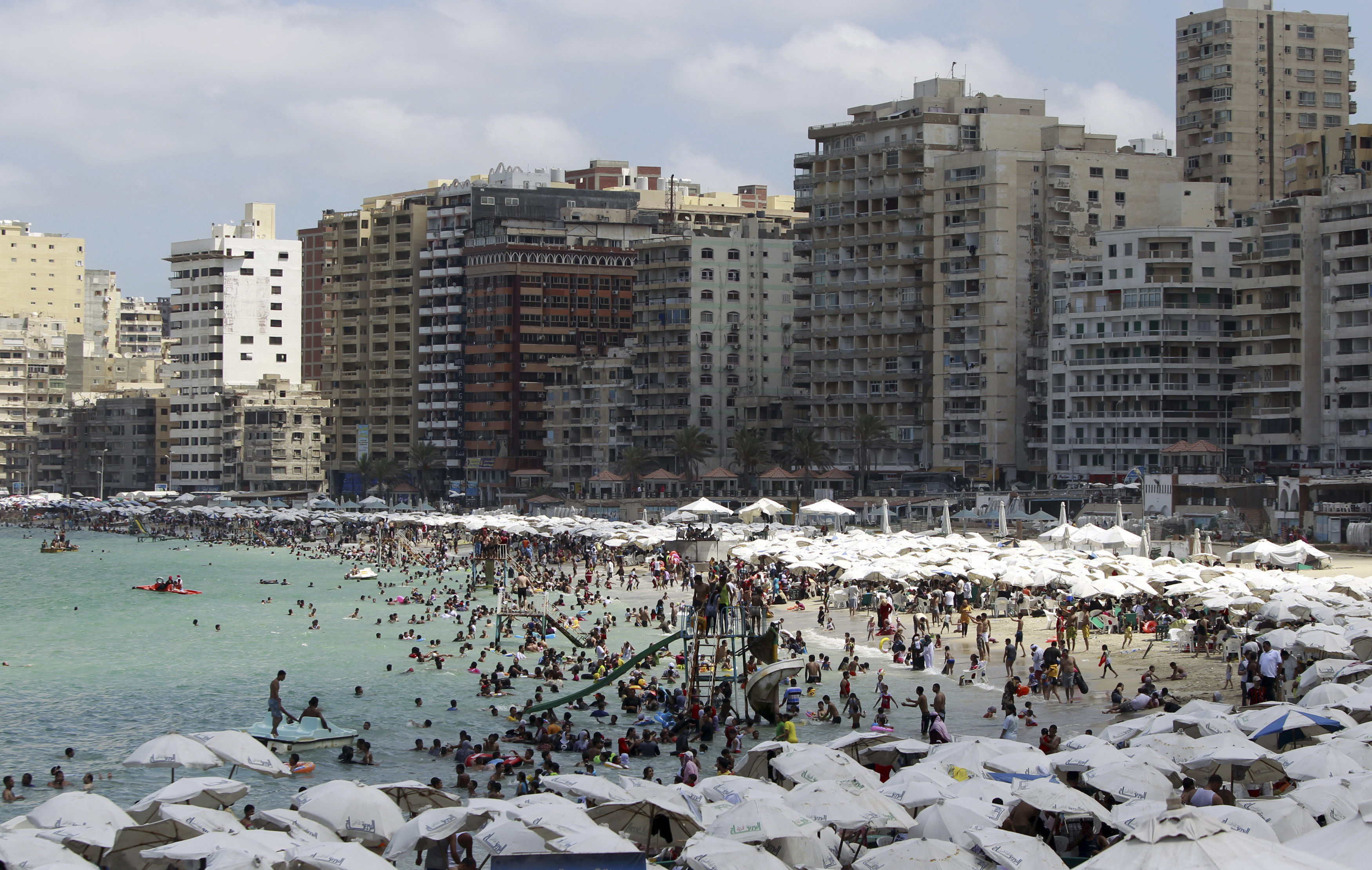 Egyptians crowd a public beach during a hot day in the Mediterranean port city of Alexandria, 230 km (143 miles) north of Cairo September 7, 2012. REUTERS/Amr Abdallah Dalsh