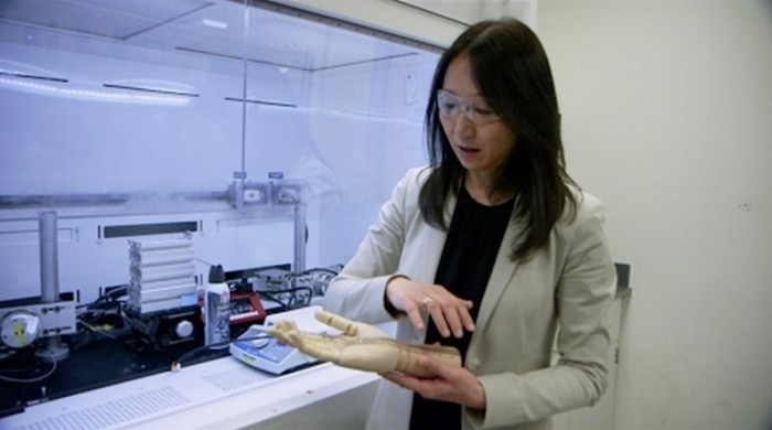 Zhenan Bao, la créatrice de la « peau électronique », dans son laboratoire de Stanford