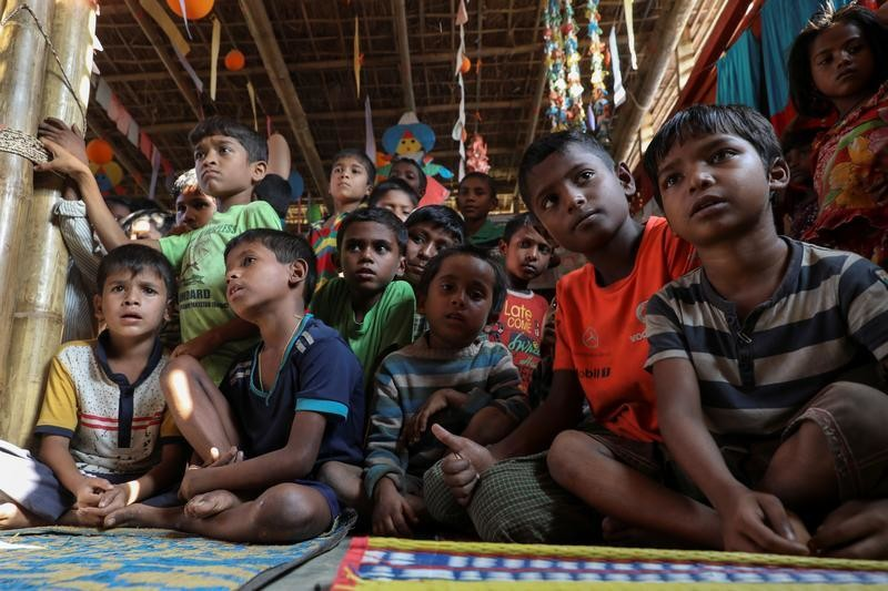 Rohingya refugee children gather in children's playground at the Kutupalong refugee camp near Cox's Bazar, Bangladesh December 18, 2017. REUTERS/Marko Djurica - RC1FD54325B0