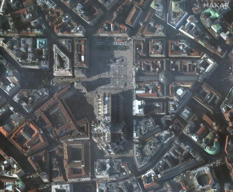 SEBELUM: Milan Duomo, Milan, Italia, 22 Januari 2020. Citra satelit 2020 Maxar Technologies / Handout via REUTERS