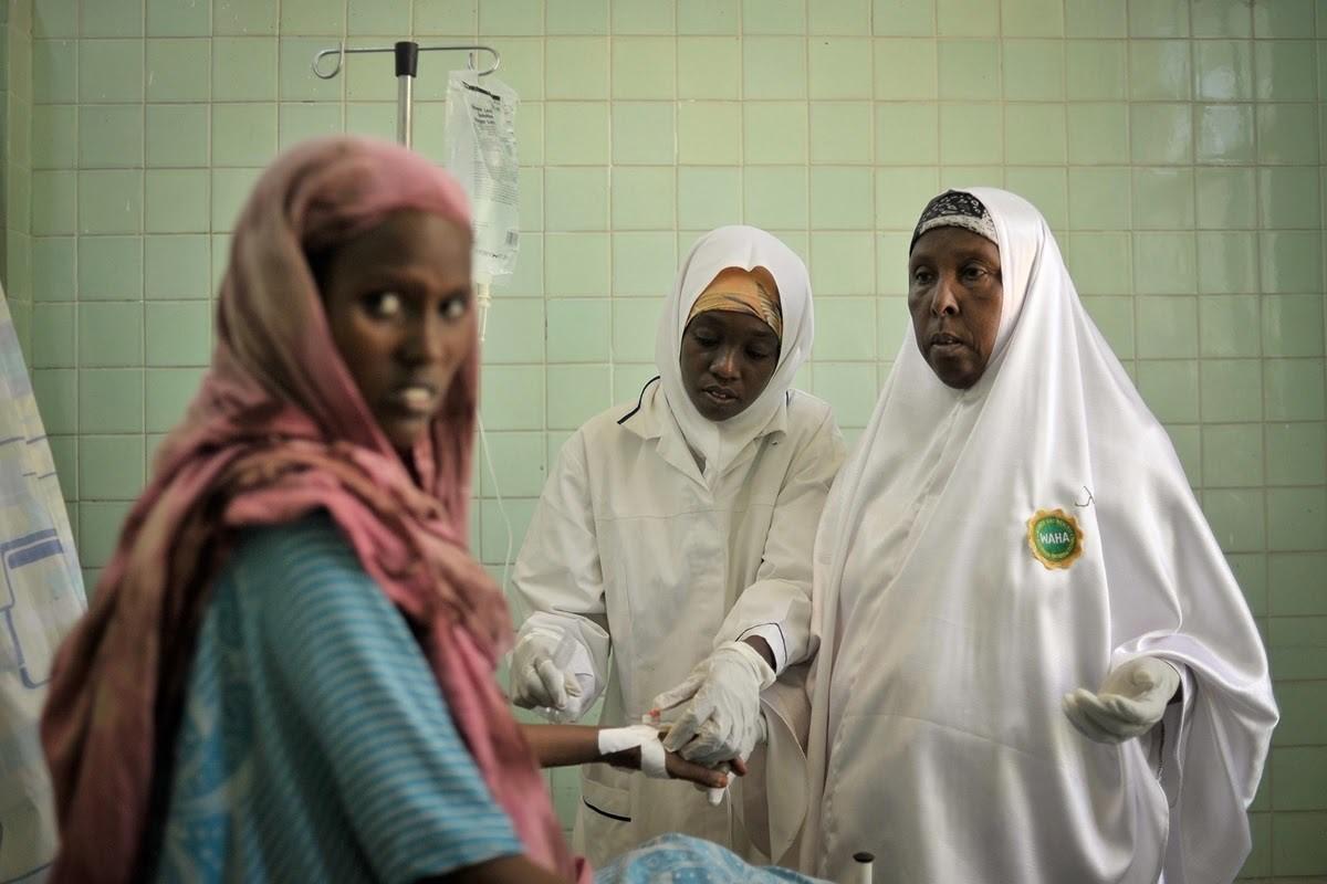 Imagen de dos parteras atendiendo a una paciente en la sala de maternidad del hospital Banadir en Mogadiscio, Somalia