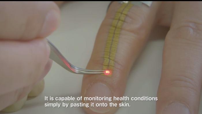 Capture d'écran de la vidéo de présentation de l'écran à coller sur la peau mis au point par l'université de Tokyo