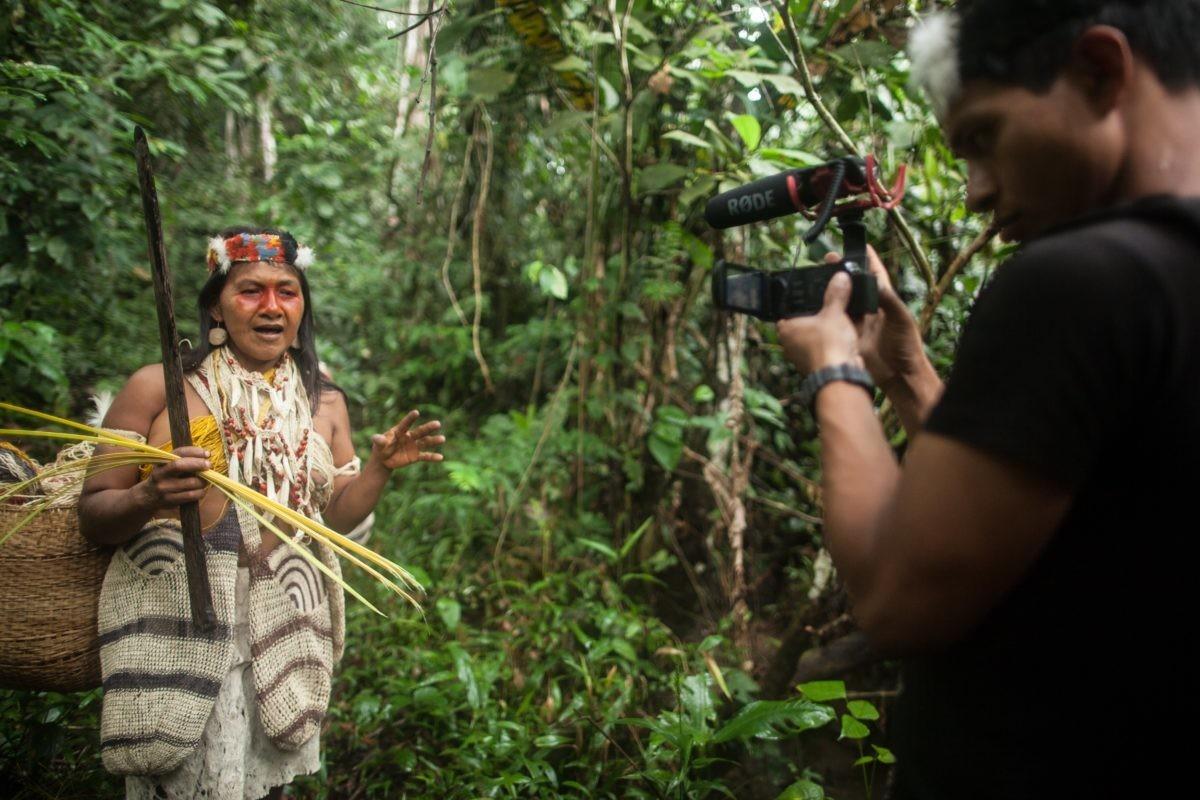 Um jovem cineasta indígena Waorani documenta o testemunho de um Pekinani (líder tradicional, ancião) sobre a luta de seu povo para proteger sua terra natal na floresta tropical da perfuração de petróleo, Pastaza, Amazônia equatoriana.
